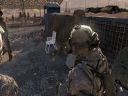 Солдат смотрит в выключенный КПК