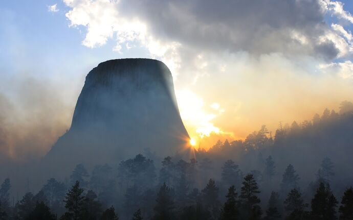 Morning-fog-at-devils-tower-in-wyoming-wide-wallpaper-542111