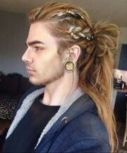 55100518-long-hairstyles-for-men-