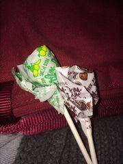 Root beer and cream soda lollipops
