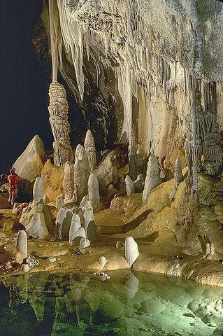 File:Lechuguilla Cave Pearlsian Gulf.jpg