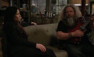 S05E17-Watson guitar expert