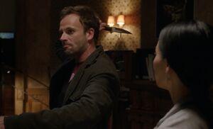 S01E03-Holmes w knife