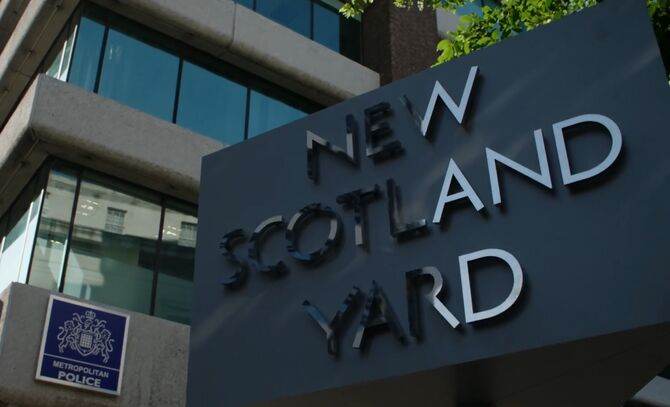 S02E01-Scotland Yard sign
