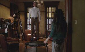 S04E19-Holmes trampoline