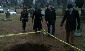 S05E15-At Durnings grave