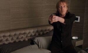 S02E23-Mycroft w gun