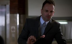 S03E21-Holmes finds drug bag