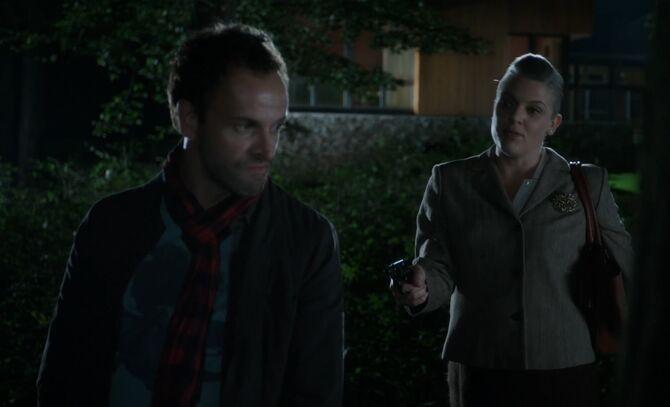 S01E04-Holmes at gunpoint