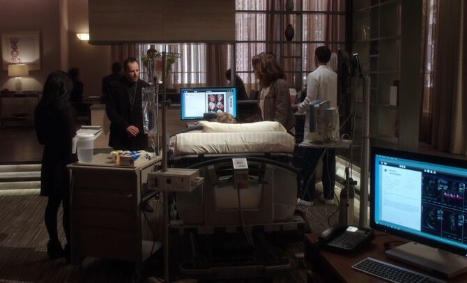 S02E08-Watson Holmes Gale bedside