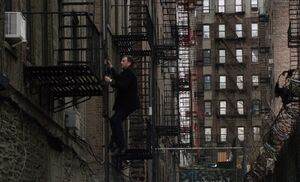 S01E15-Holmes climbs ladder