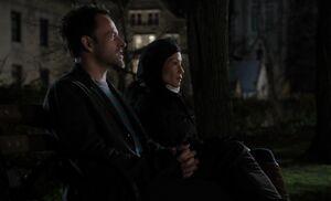 S01E11-Holmes Watson bench