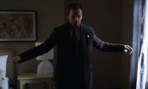 S01E01-Holmes arms out