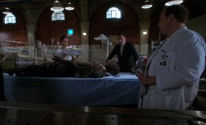 S04E05-Watson Holmes Hawes burnt body