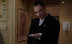 S02E19-Holmes w dentures