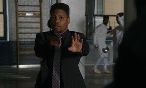 S06E10-Bell pulls gun