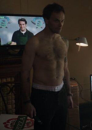 S01E01-Holmes shirtless