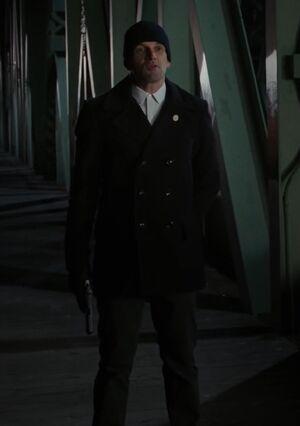 S07E12-Holmes w gun
