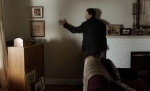 S01E08-Holmes feeling wall