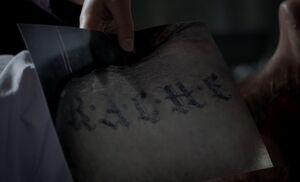 S04E13-Rache tattoo