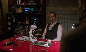 S01E16-Holmes w gun