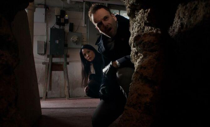 S03E20-Holmes Watson tunnel