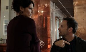 S01E08-Vanowen flirts Holmes