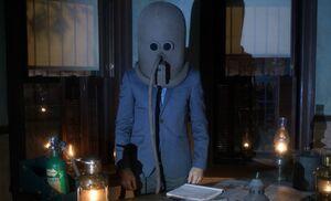 S03E01-Holmes helmet
