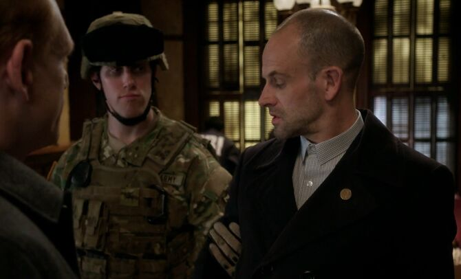 S05E15-Holmes arrested by DIA