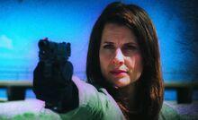 S02E05-Lara Banin gun green