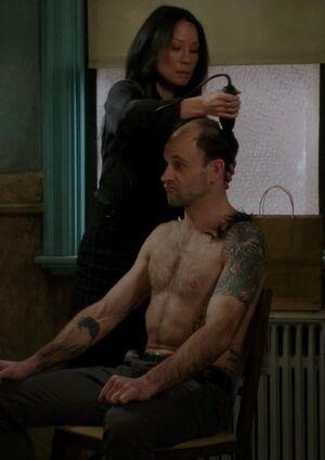 S05E13-Holmes head shaved