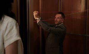 S03E01-Holmes in elevator
