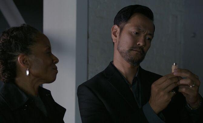 S06E06-Deakins Go Shinura pinky drive