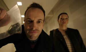 S01E13-Holmes w bug