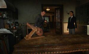 S06E10-Holmes cuts hamhock