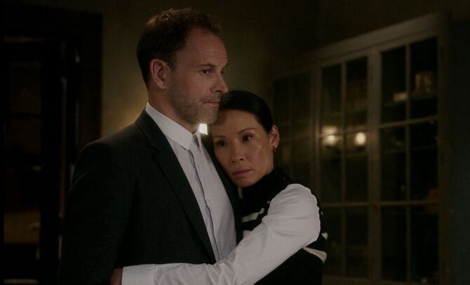 S06E01-Watson hugs Holmes