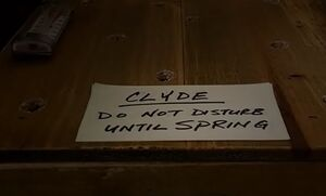 S04E07-Clyde hibernation box