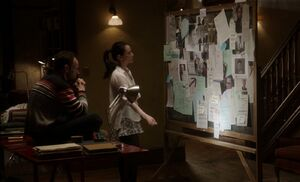 S01E22-Holmes Watson evidence board