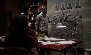 S01E10-Holmes w heist pics