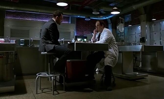 S04E16-Holmes Hawes chess