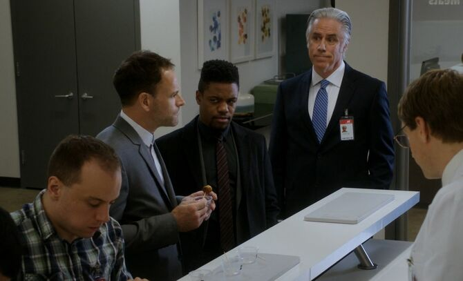 S05E08-Holmes tries smeat
