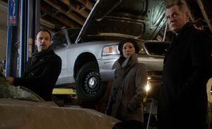 S01E16-At garage