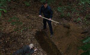 S06E01-Michael burying body