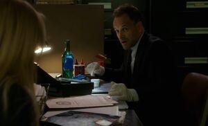 S07E05-Holmes w bottle