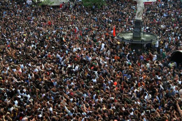 File:Crowd 2.jpg