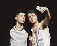 460262-one-direction-zayn-and-liam-taking-a-selfie.png