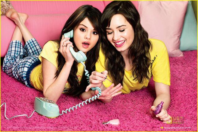 File:Selena-gomez-demi-lovato-friendship-01.jpg