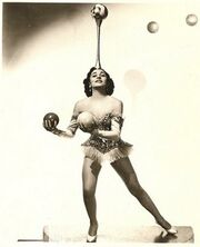Lottie Brunn Juggling