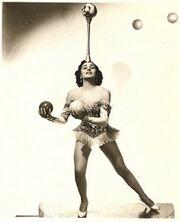 Lottie Brunn Juggling