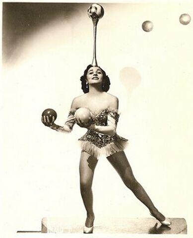 File:Lottie Brunn Juggling.jpg